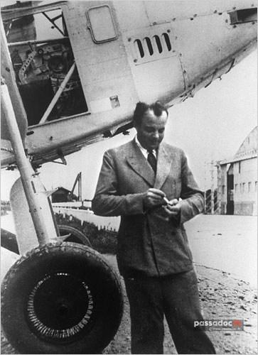 Antoine de Saint Exupéry au pied d un avion