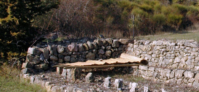 Le graissier est un séchoir à fruit en pierre à Mons (Var)