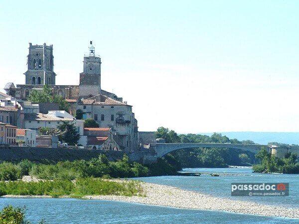 Pont_Saint_Esprit_église_Saint_saturnin_et_le_pont_médiéval_sur_le_Rhône_France