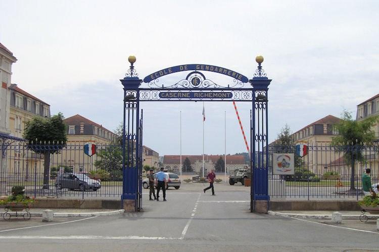 Portail d'entrée de la Caserne Richemont à Montluçon dans l'Allier - site gite.fr