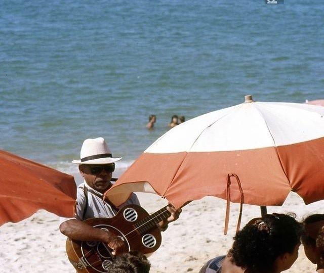 Musicien sur une plage au Brésil dans les années 80 - photo André Abbe
