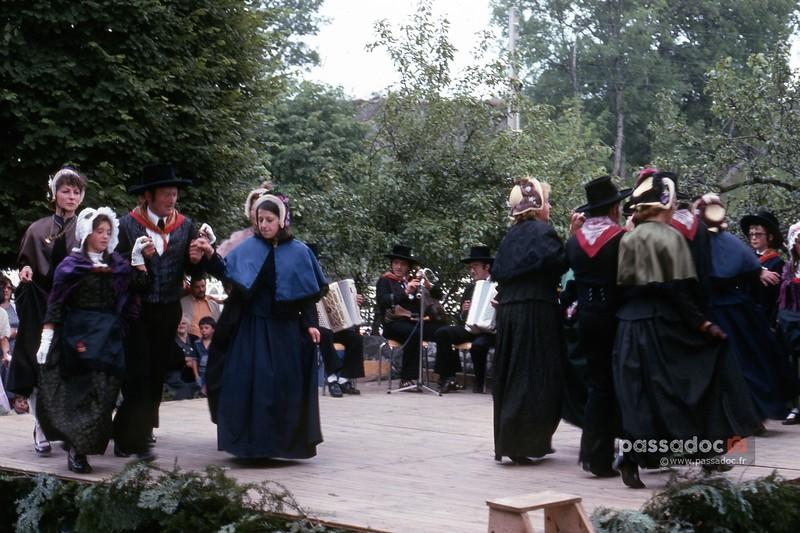 danse101bourree_Montboudif_Cantal_1976-L