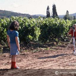 Deux enfants se photographies dans les vignes en Provence