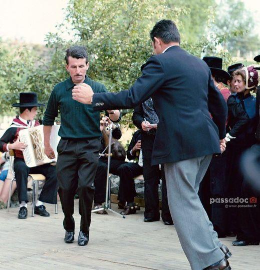 Montboudif en auvergne dans le cantal on danse traditionnelle pompidou - photo andré abbe