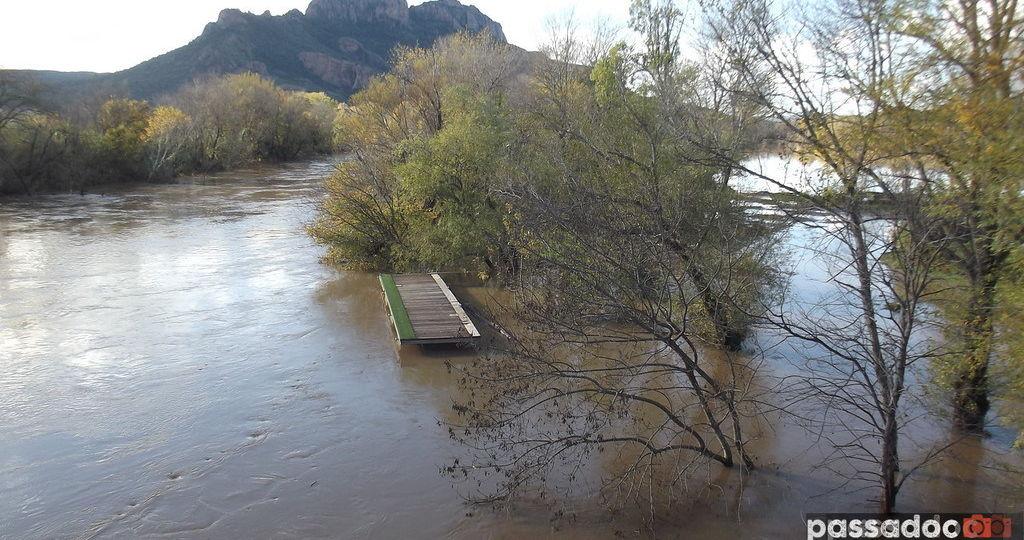 Fleuve Argens et Rocher de Roquebrune un jour d inondation en novembre 2019 - photo André Abbe.jpg
