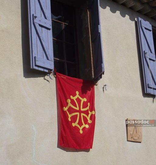 Drapeau occitan sur la façade d'une bastide - photo André Abbe